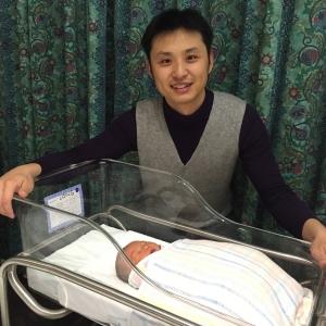出生两天,和爸爸在医院的单人病房里哦